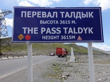 Rotel Tours Bus Passhöhe Schild